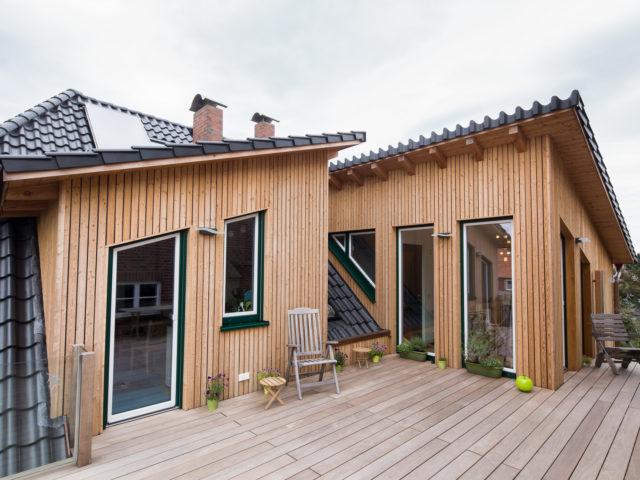 Foto Ryan Baugestaltung Anbau Francop Edelholzterrasse mit grossen Fenstern