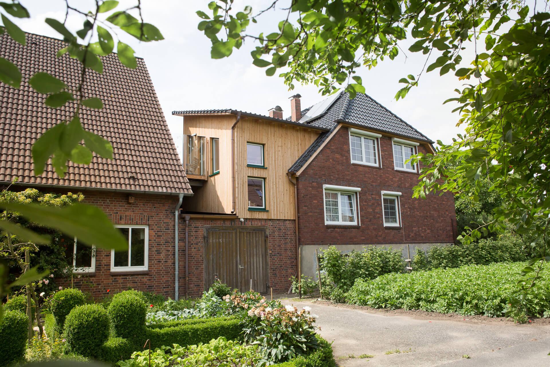 Foto Ryan Baugestaltung Anbau Francop aussenansicht saniertes Zweifamilienhaus mit Anbau