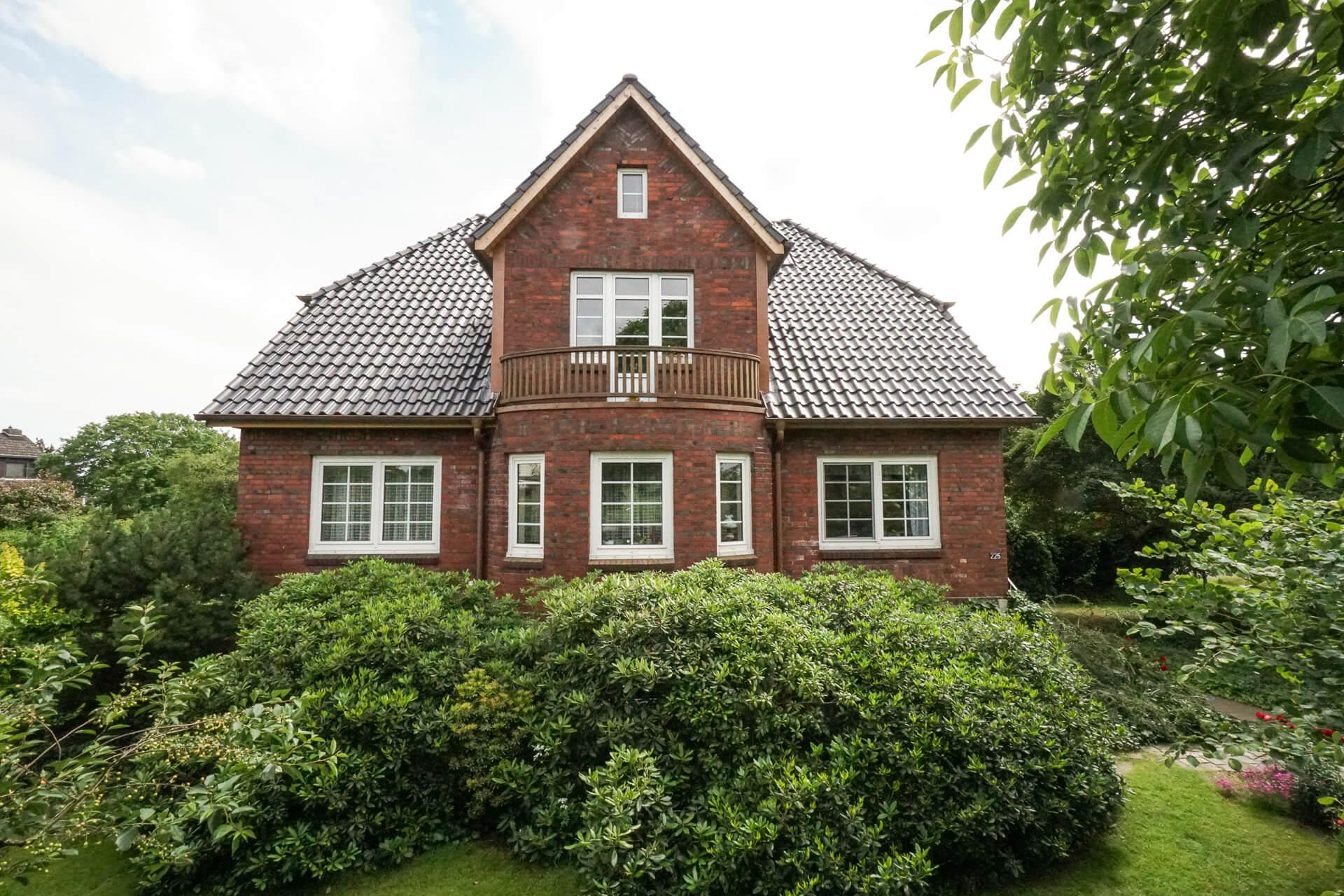 Foto Ryan Baugestaltung Anbau Francop Rueckansicht Backsteinhaus mit Giebel