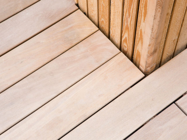 Bild Ryan Baugestaltung zeigt Holzverarbeitung im Aussenbereich bei der Bauplanung