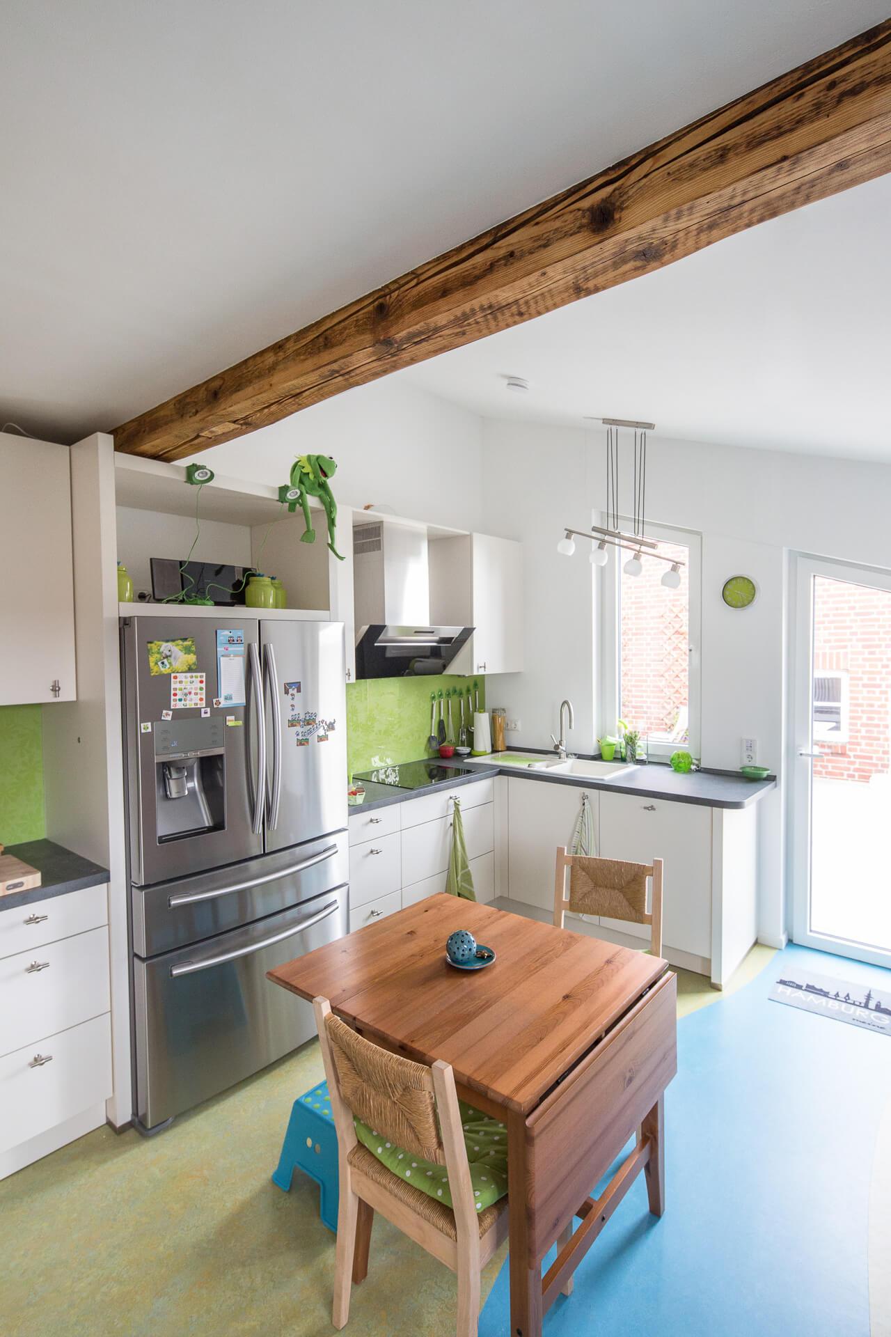Foto Ryan Baugestaltung Anbau-Francop moderne Wohnkueche mit grossem Kuehlschrank und Tisch