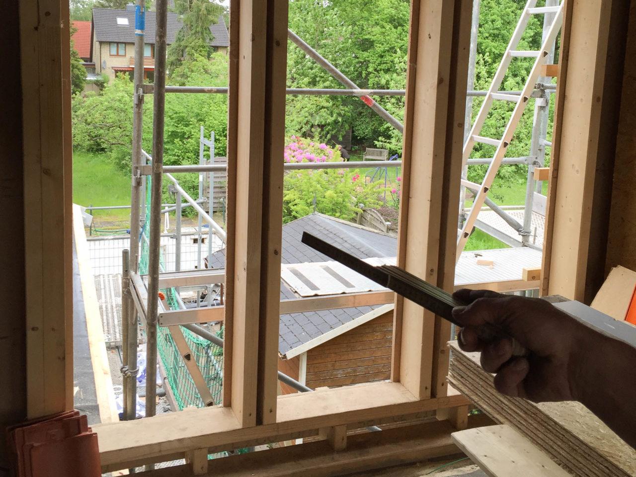 Foto von pablo baugestaltung zeigt die sicht aus den großen Fenstern des Anbaues mit Baugeruest