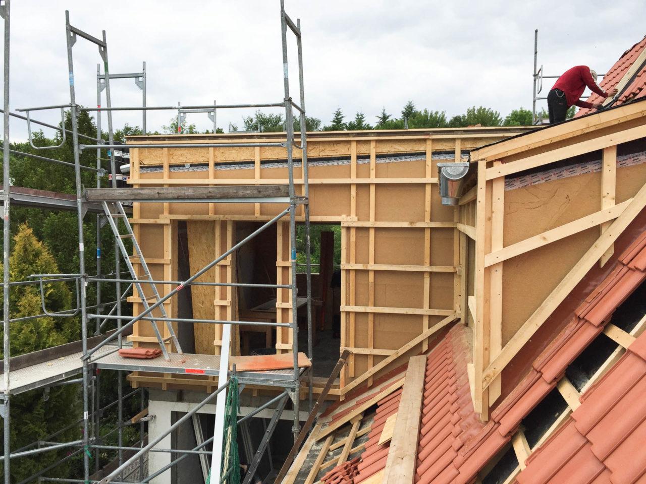 Foto von pablo baugestaltung zeigt den Holzanbau in Hamburg in der Bauphase