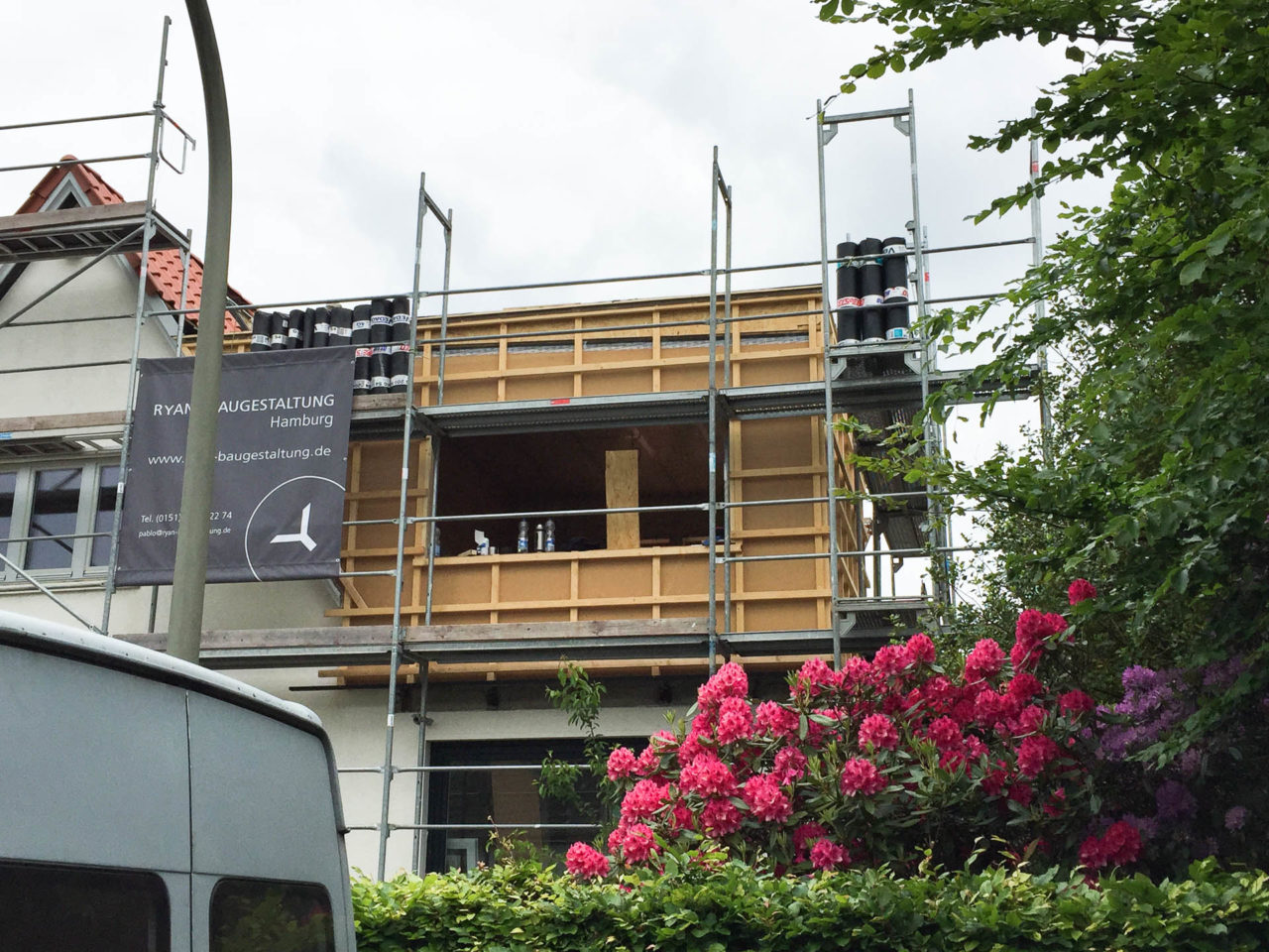 Foto von pablo baugestaltung zeigt die Bauphase vom Projekt Volksdorf Hamburg mit Baugeruest