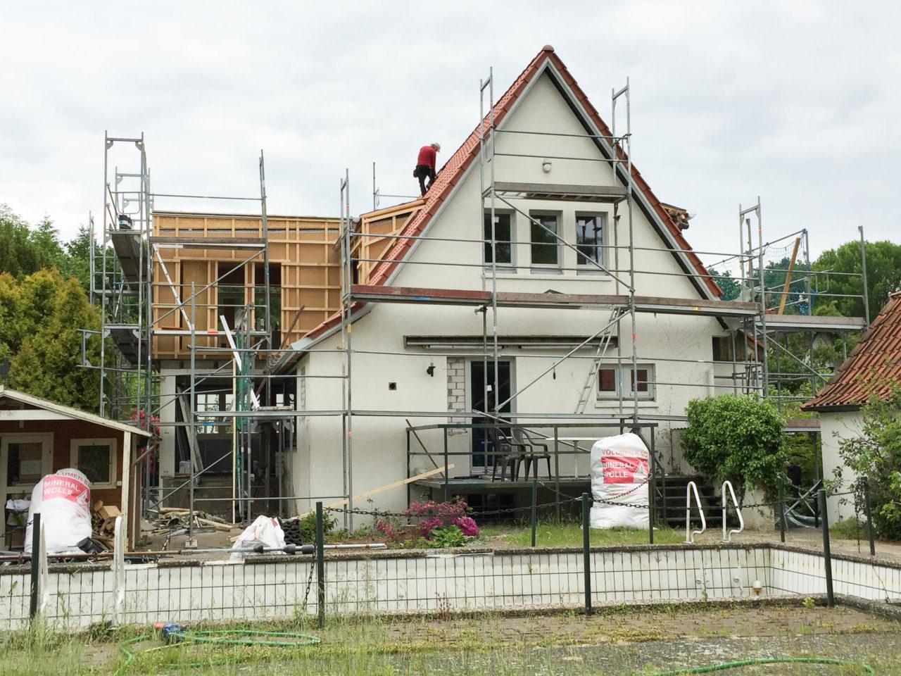 Foto von pablo baugestaltung zeigt die Vorderansicht des Anbaues Volksdorf Hamburg mit Baugeruest