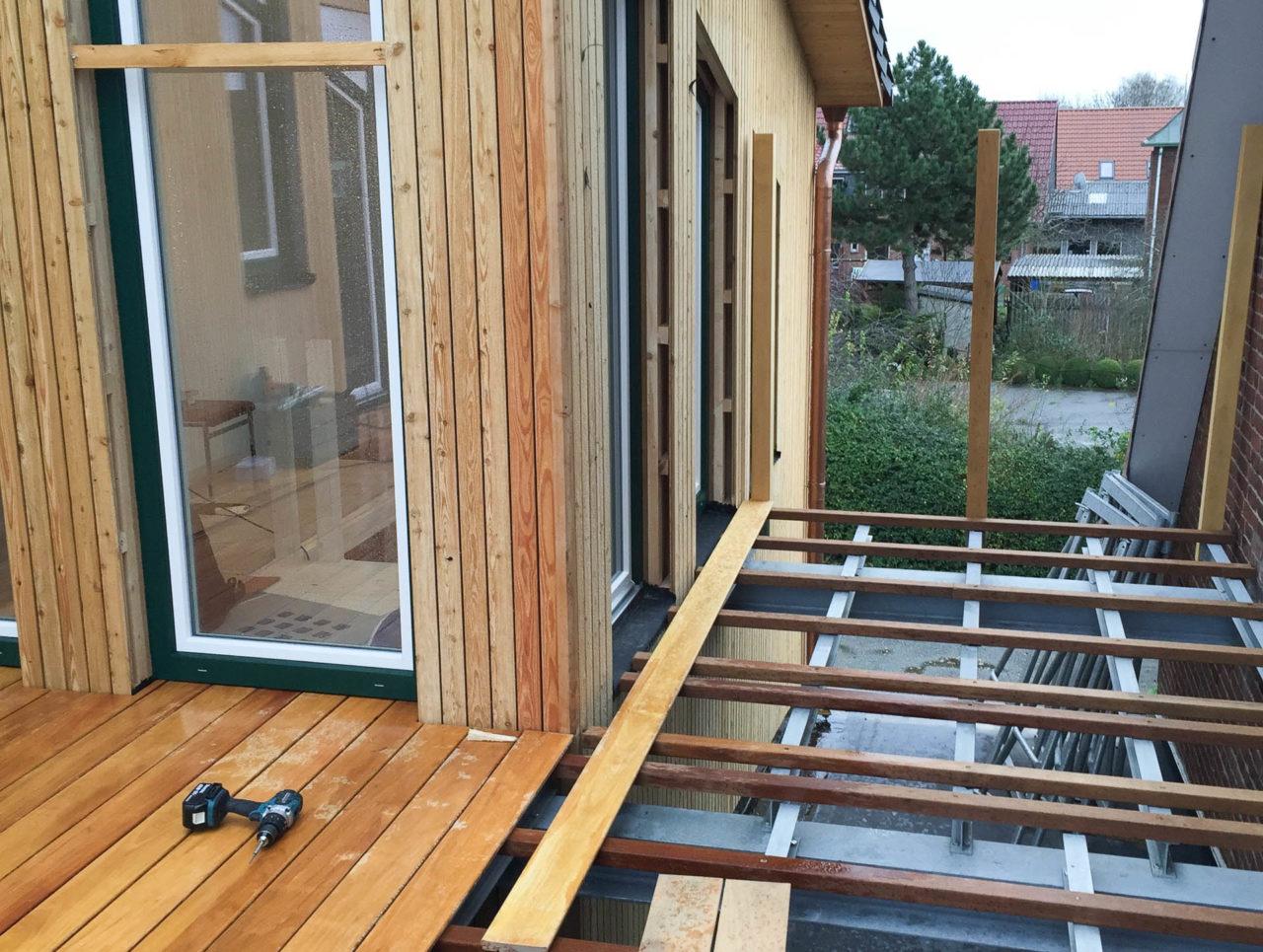 Foto Pablo Baugestaltung zeigt die Bauphase der Holzterrasse in Hamburg
