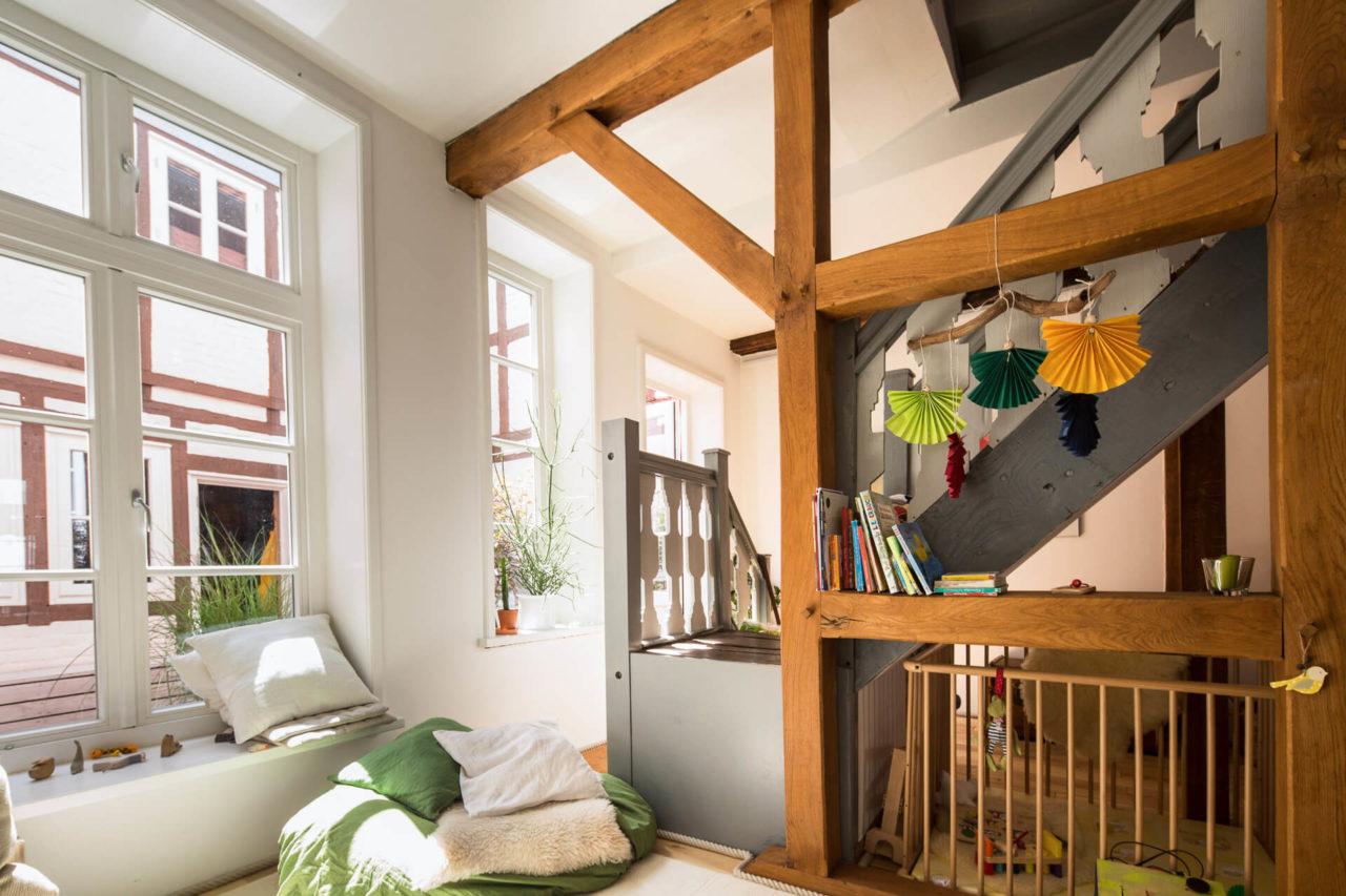 Innenansicht Fachwerkhaus Lüneburg von Ryan Baugestaltung mit alter Holztreppe und modernisiertem Inneneinrichtungskonzept