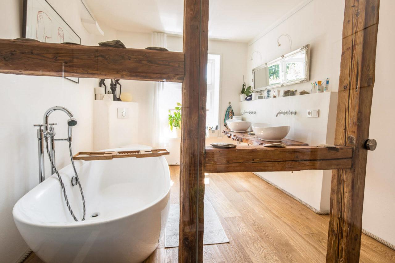 Foto Fachwerkhaus Lüneburg von Ryan Baugestaltung Innenansicht modernes Badezimmer mit freistehender Badewanne