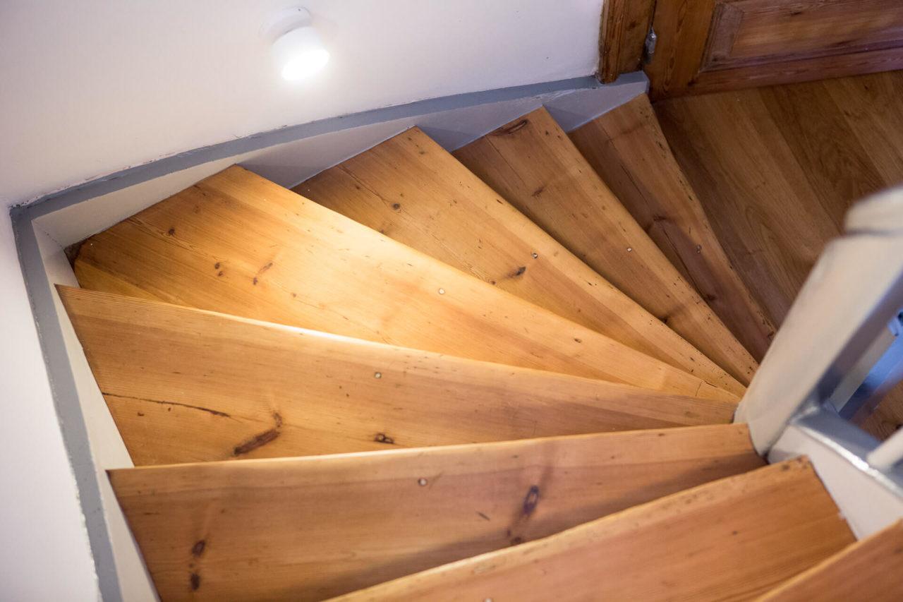 Foto Fachwerkhaus Lüneburg von Ryan Baugestaltung Ansicht Holztreppe mit weissen Waende