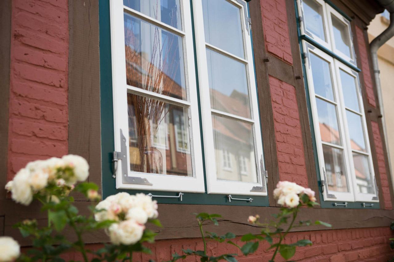 Foto aussenansicht Fachwerkhaus Lüneburg von Ryan Baugestaltung mit roter Backsteinwand mit fenstern