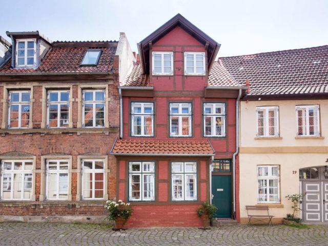 Foto aussen Fachwerkhaus Lüneburg von Ryan Baugestaltung in rot gestrichenem Backstein und braunen Balken