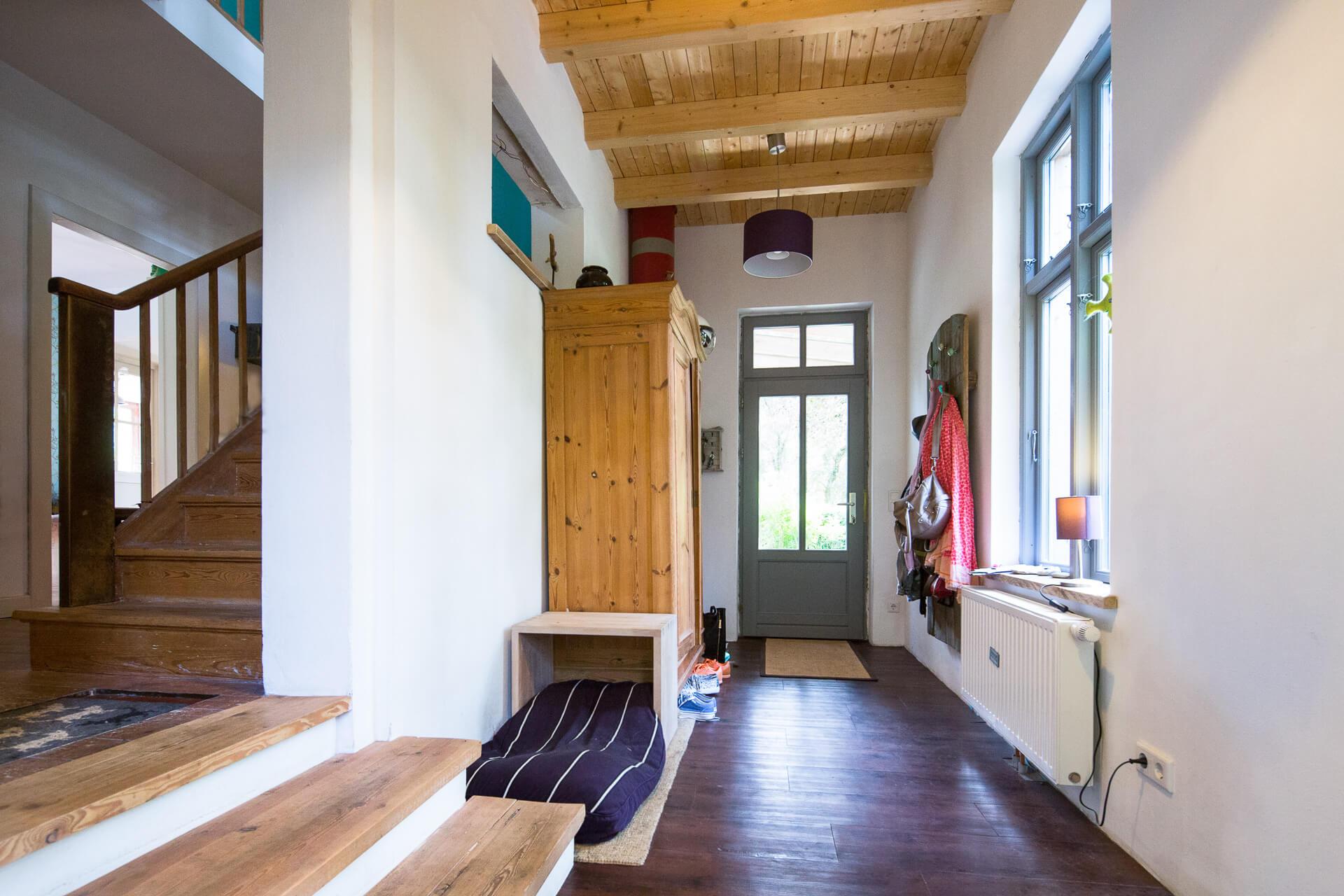 Foto Ryan Baugestaltung Anbau Volksdorf Innenansicht Flur und Eingangsbereich mit Holztreppe