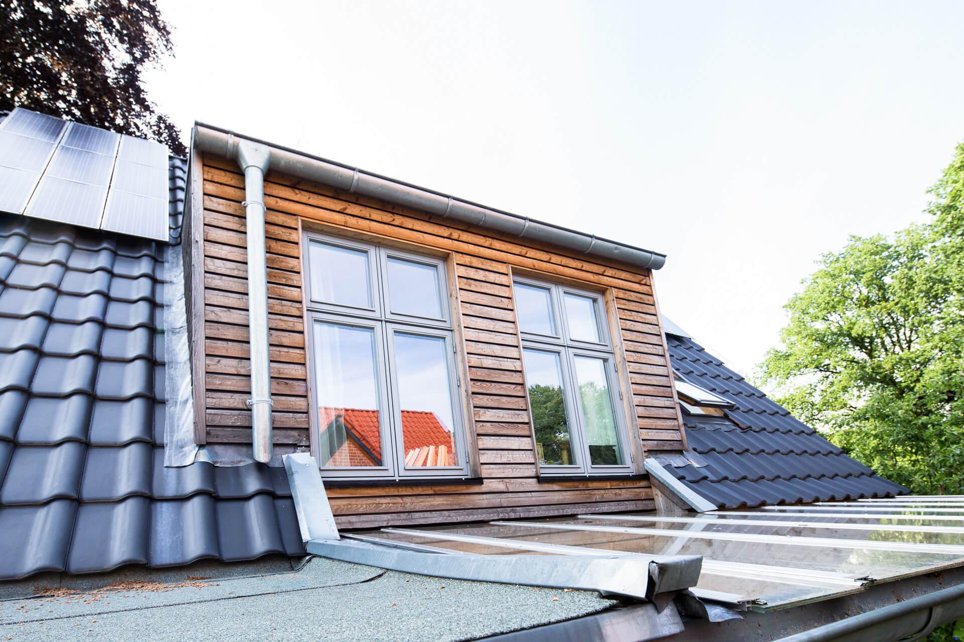 Foto Ryan Baugestaltung Anbau Volksdorf Holzgiebel mit modernen Fenstern