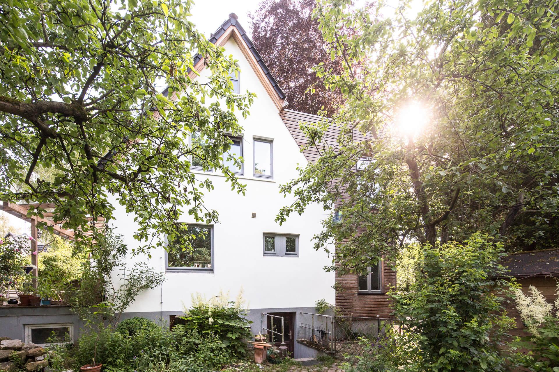 Foto Ryan Baugestaltung Anbau Volksdorf Vorderansicht saniertes Haus mit modernem Holzanbau