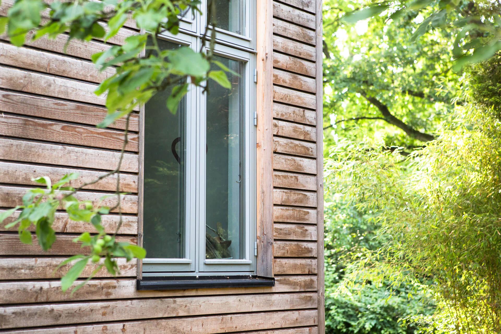 Foto Ryan Baugestaltung Anbau Volksdorf außen mit Holzwand und großem Fenster