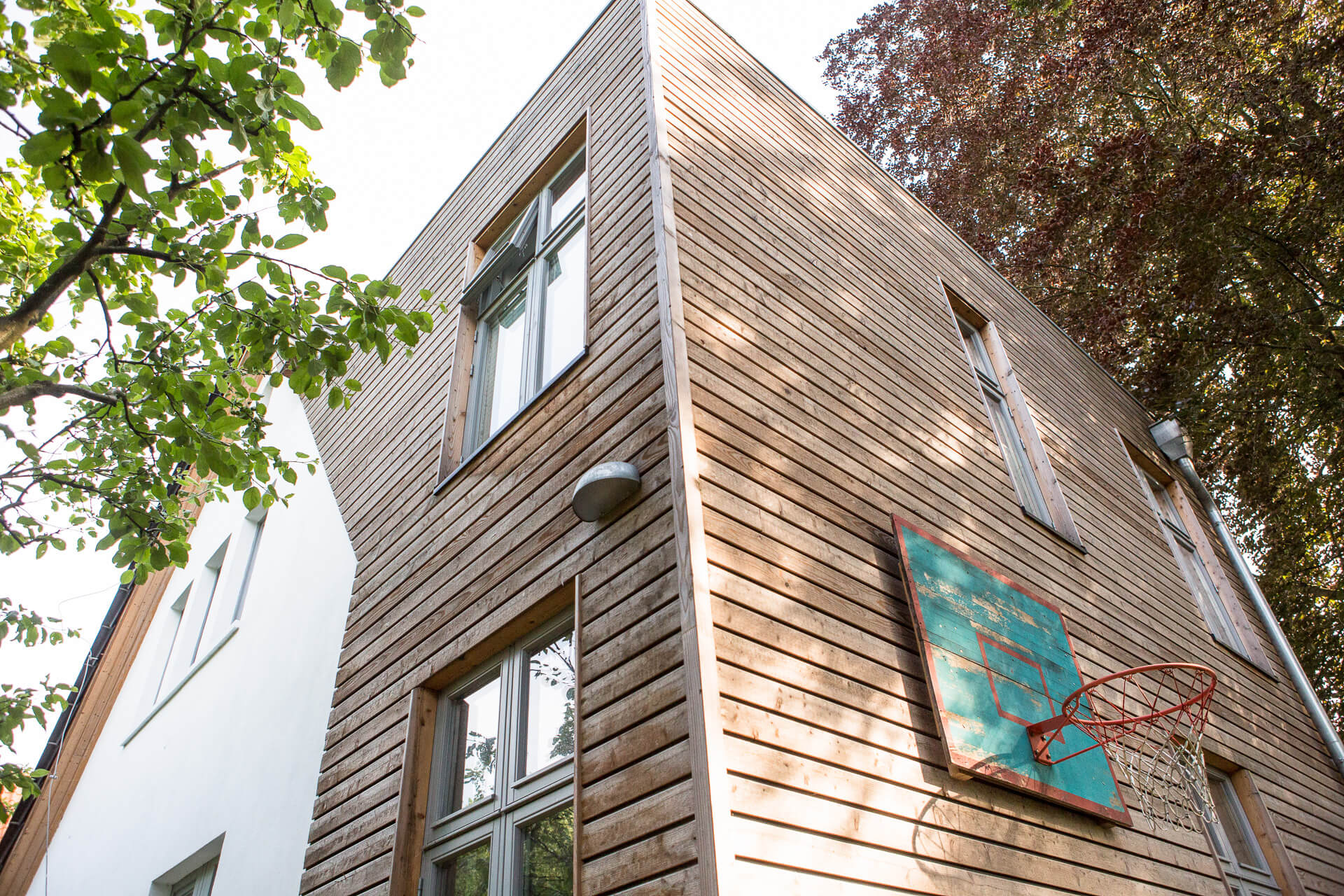 Foto Ryan Baugestaltung Anbau Volksdorf Außenansicht Holzanbau mit Basketballkorb