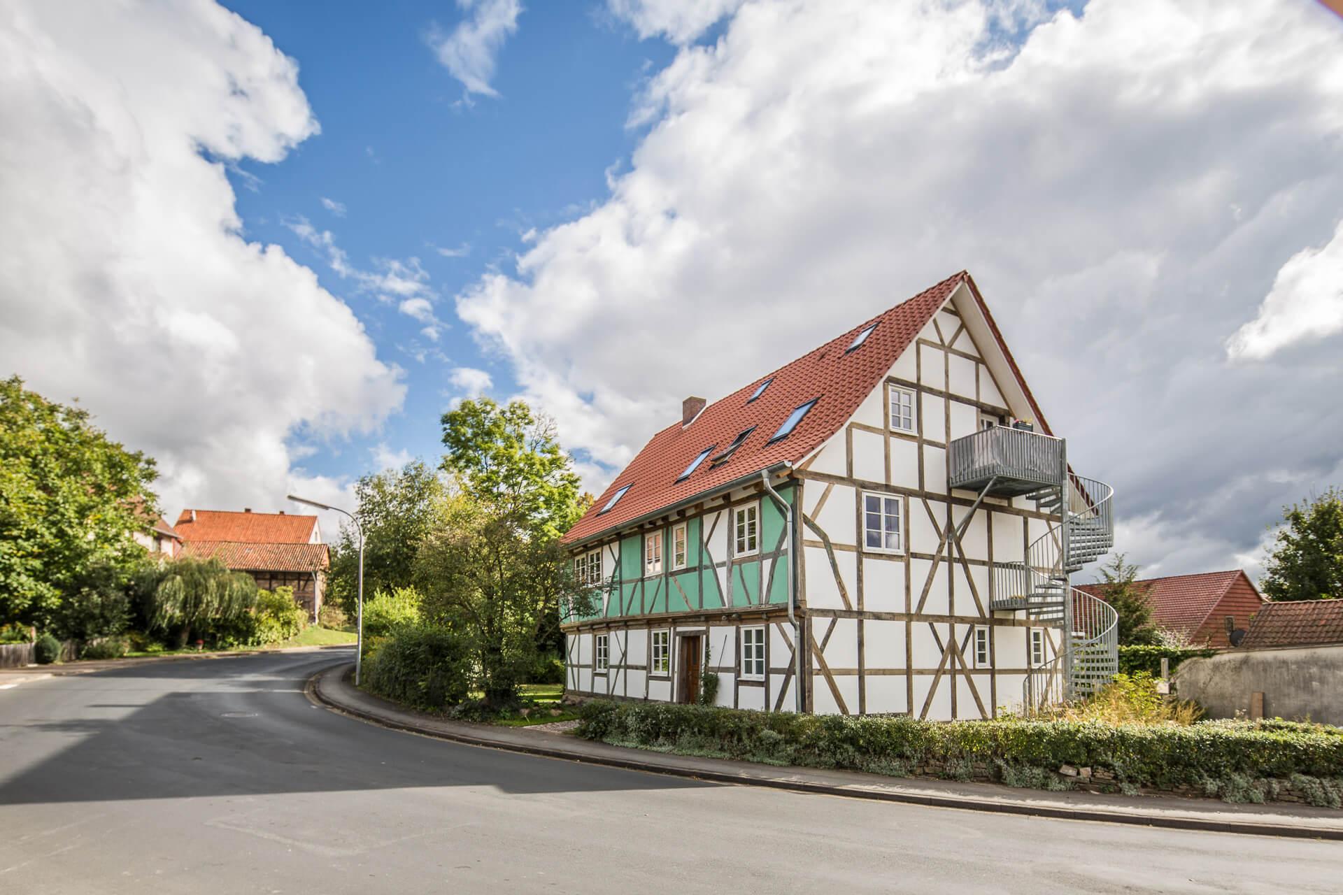 Foto Ryan Baugestaltung Fachwerkhaus Goettingen aussenansicht Fachwerkhaus an der Strasse