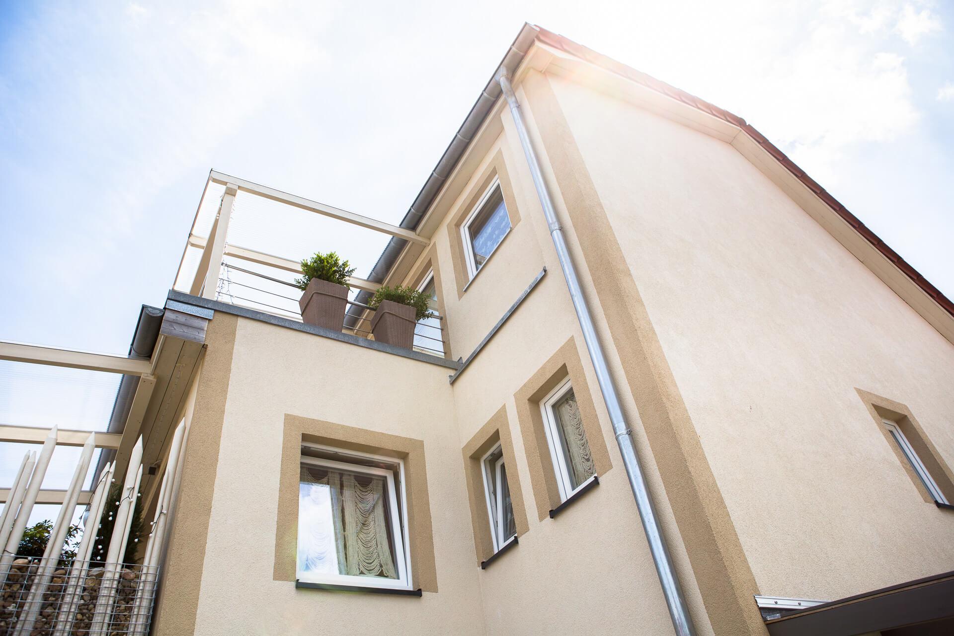 Foto Ryan Baugestaltung Appartmenthaus Lueneburg aussen mit vielen Fenstern und Balkon