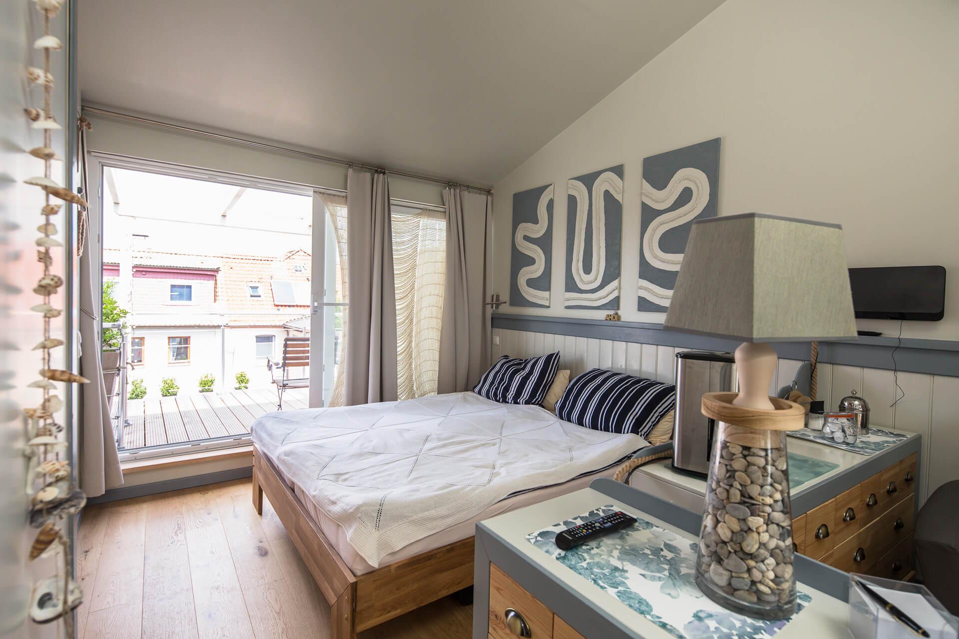 Foto Ryan Baugestaltung Appartmenthaus Lueneburg Schlafzimmer mit großer Terrasse im Hintergrund
