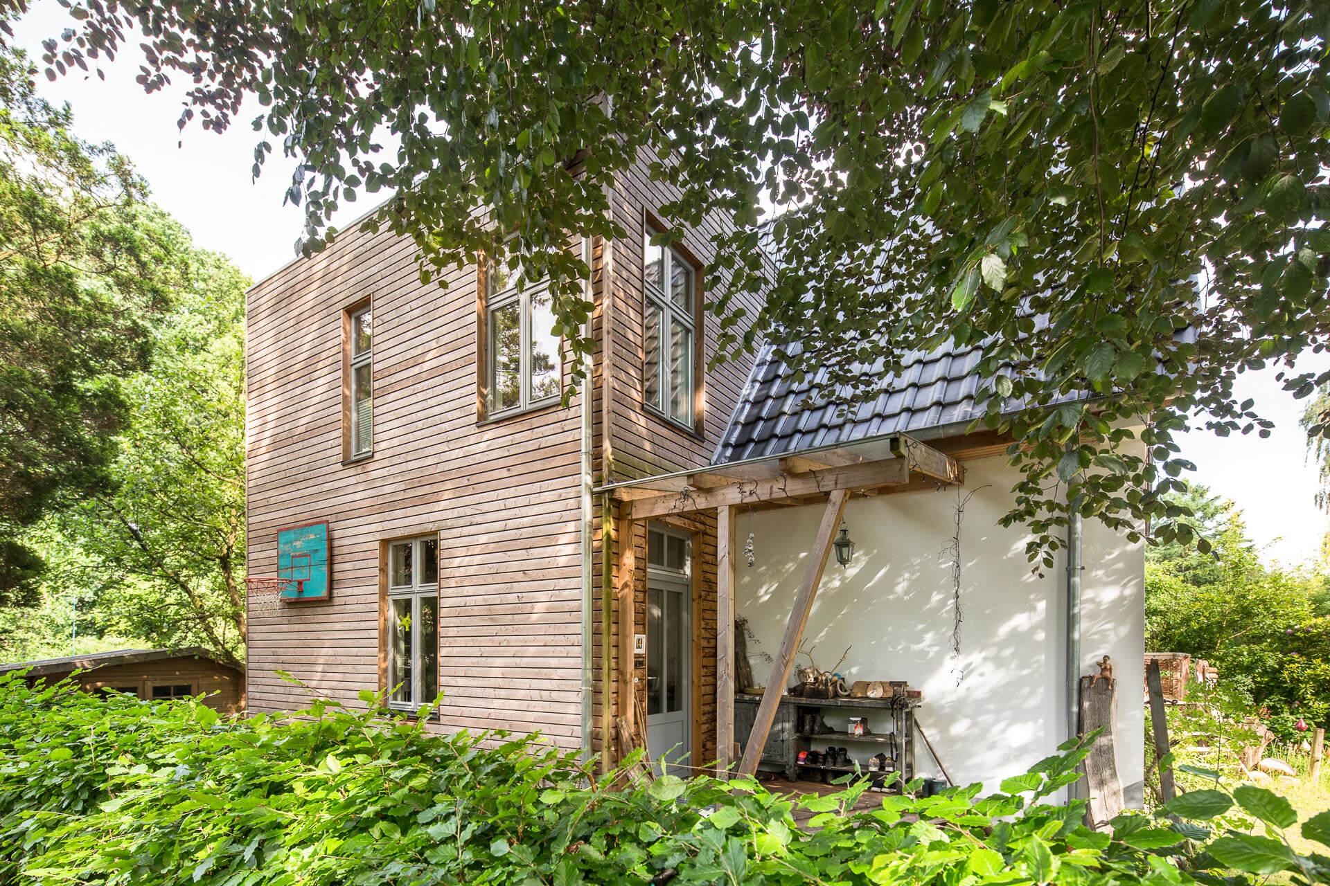 Foto Ryan Baugestaltung Anbau Volksdorf aussenansicht Eingangsbereich moderner Holzanbau