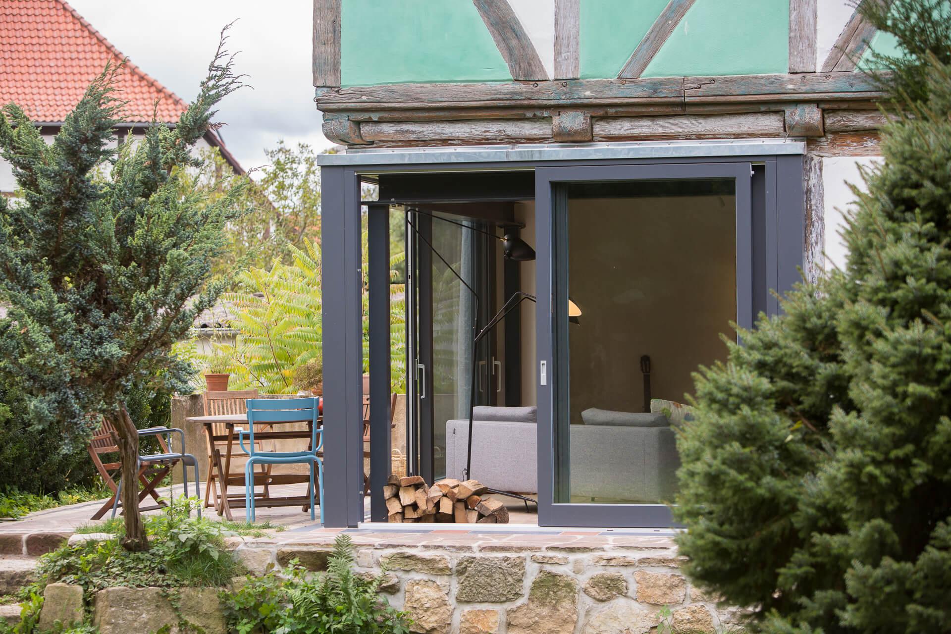 Foto Ryan Baugestaltung Fachwerkhaus Goettingen Aussenansicht mit Terrasse und Garten