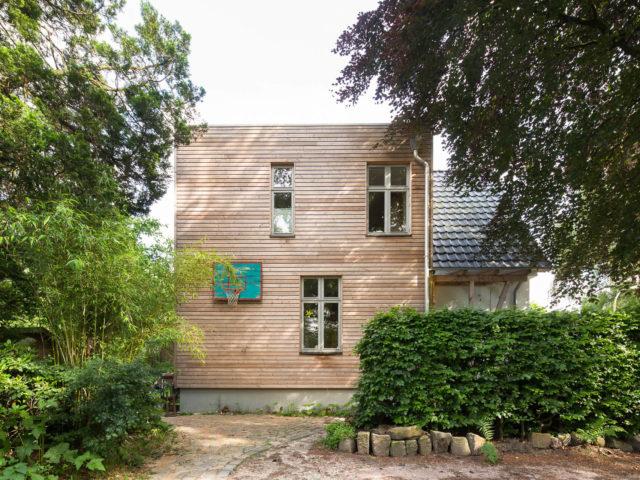 Vorderansicht Ryan Baugestaltung Anbau Volksdorf mit Fenstern und Basketballkorb
