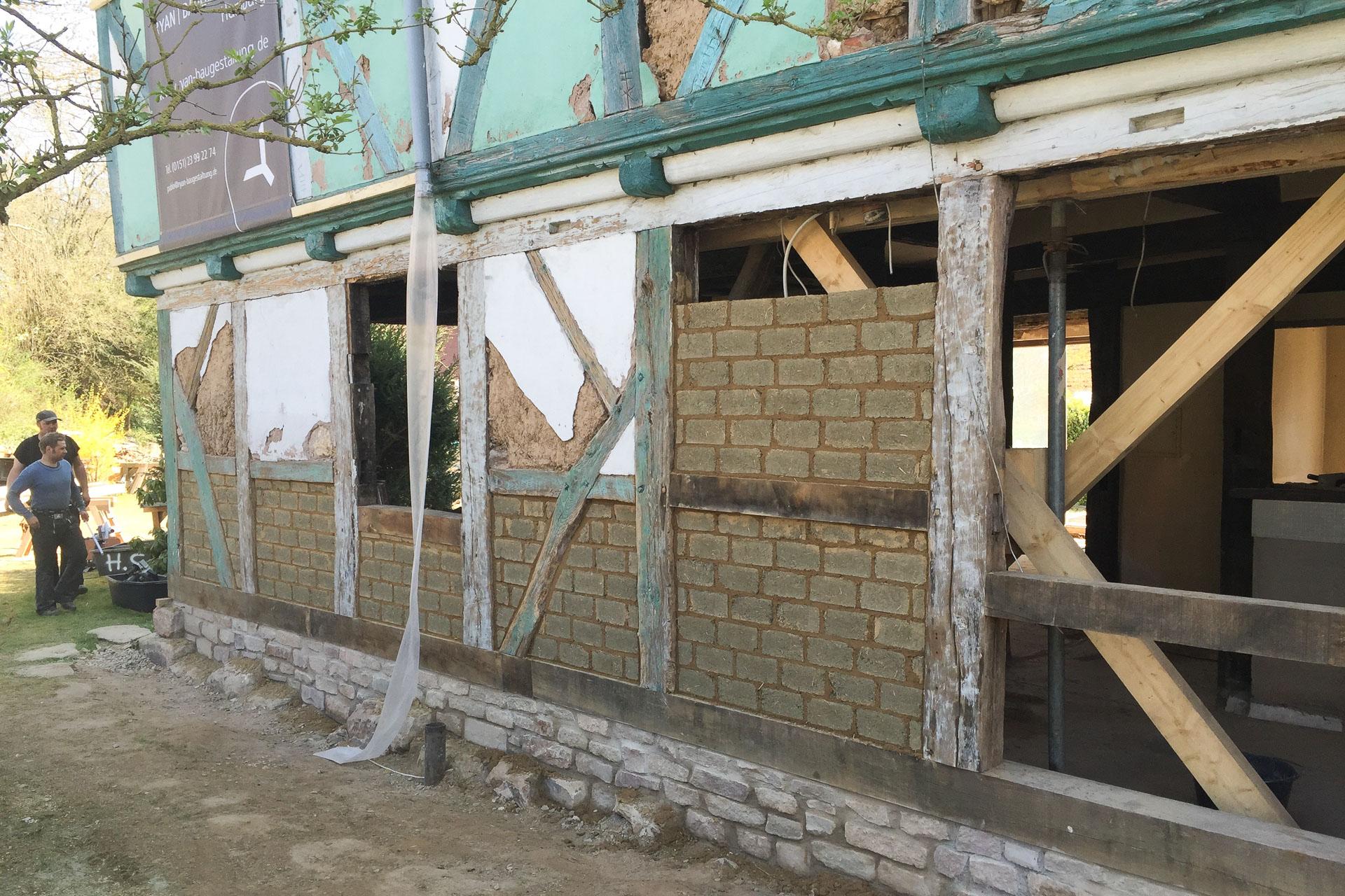 Foto Baustelle Ryan Baugestaltung Fachwerkhaus Goettingen mit Balken und Kalksteinen