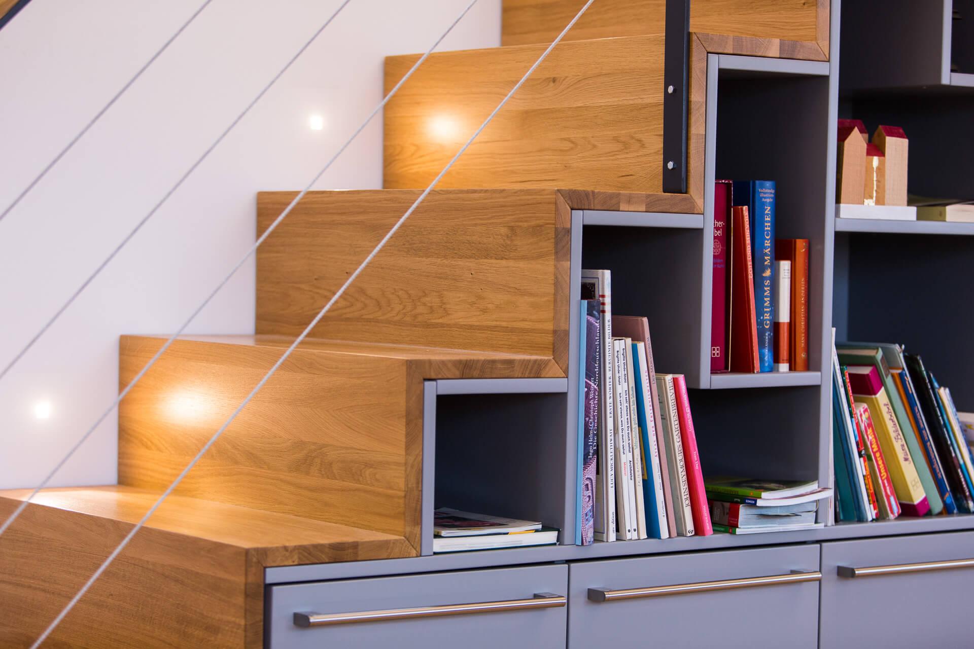 Foto Ryan Baugestaltung Fachwerkhaus Goettingen moderne und offene Holztreppe mit Regalelementen