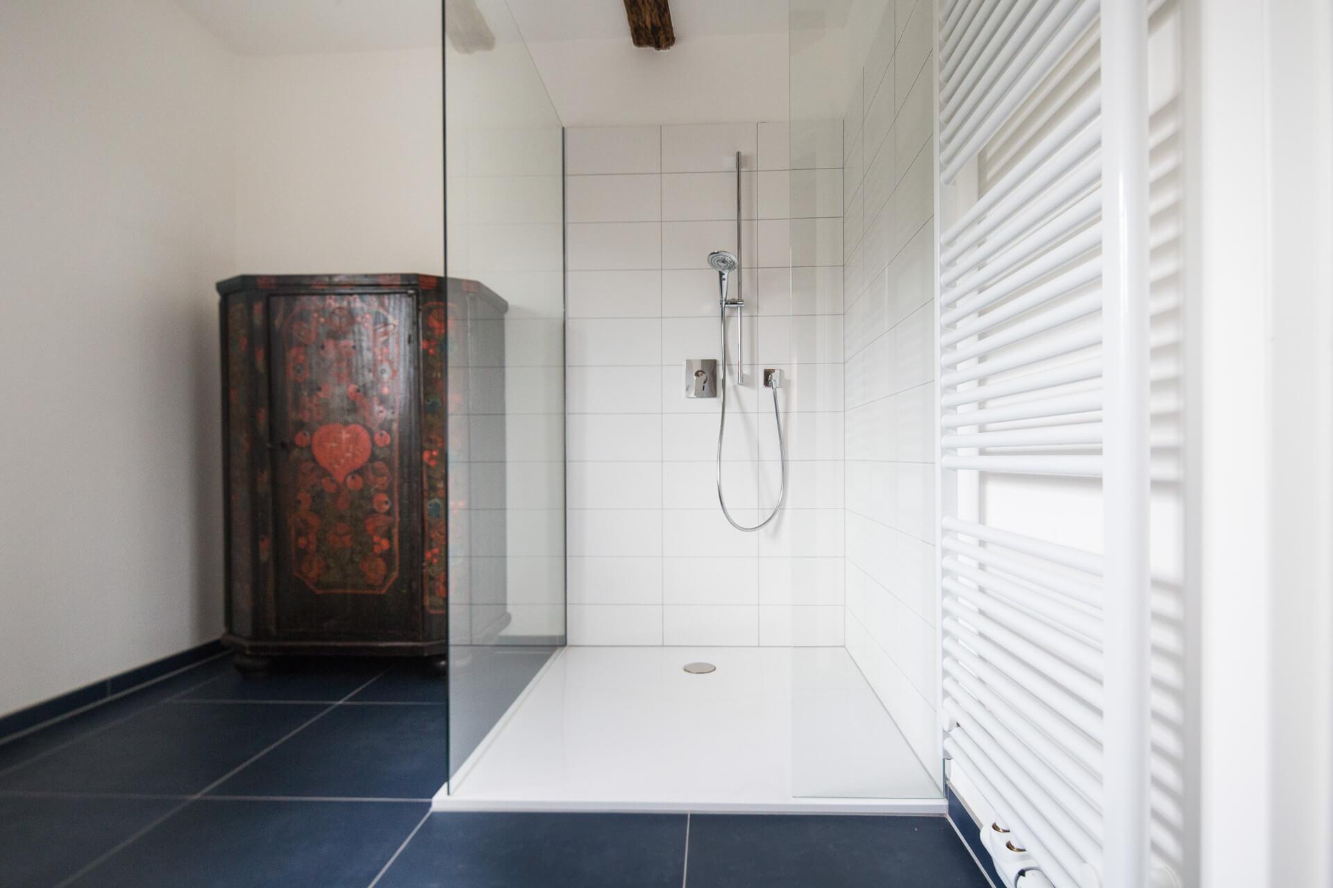Foto Ryan Baugestaltung Fachwerkhaus Goettingen Badezimmer mit moderner offener Dusche