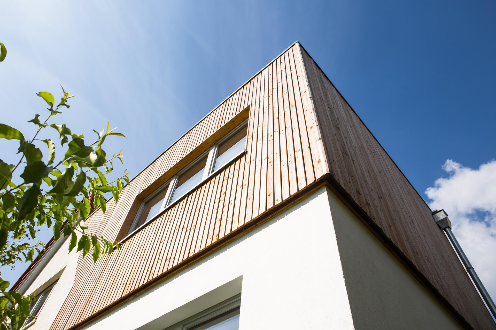 Außenansicht vom Ryan Baugestaltung Anbau Volksdorf mit modernem Holzanbau