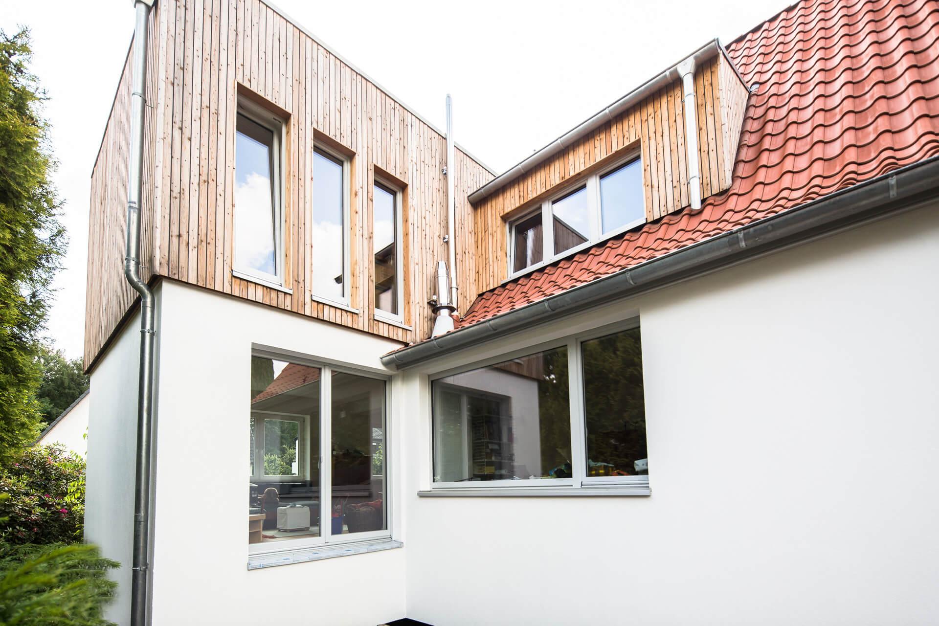 Foto Ryan Baugestaltung Anbau Volksdorf mit modernem Holzanbau und großen Fenstern