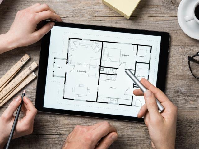 Foto von pablo baugestaltung zeigt den Prozess der Vorplanung mit einem Grundriss auf einem Tablet